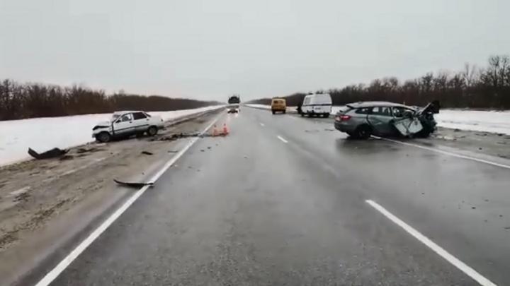 Один человек погиб и четверо ранены в лобовой аварии на московской трассе под Волгоградом
