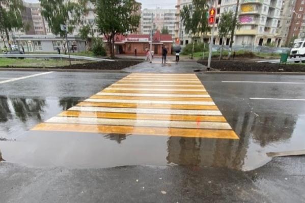 На проспекте Машиностроителей в Ярославле после дождей пешеходные переходы уходят под воду