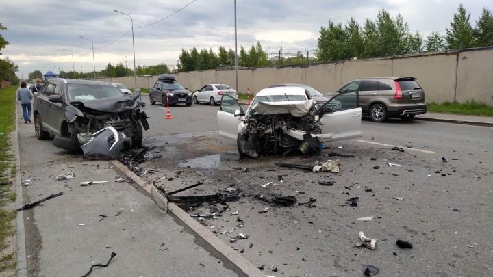 В Тюмени столкнулись три иномарки — Volkswagen выехал на встречку