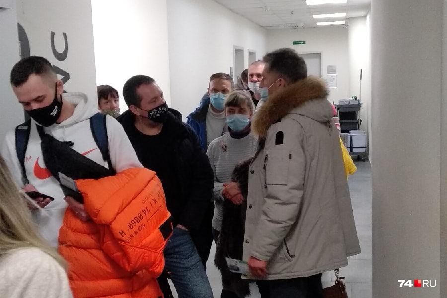 Люди толпятся в аэропорту, но их попросили на выход
