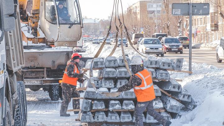 В Перми начали укладывать трамвайные пути на улице Уральской. Фото