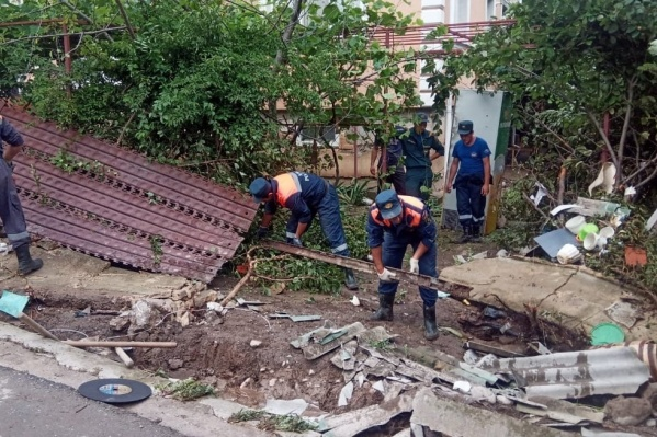 Разбор завалов после подтопления в Бахчисарайском районе