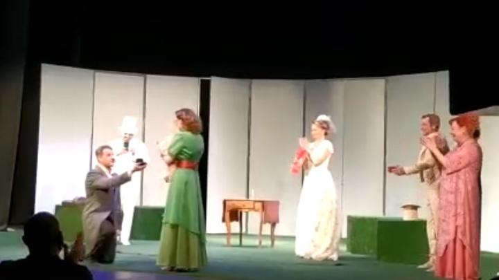 «Это рождественское чудо»: актрисе рыбинского театра сделали предложение прямо на сцене. Видео