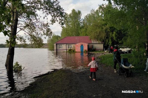 Будущий район насыпи рядом с Южным берегом сейчас затоплен, специалисты и жители бьются против застройки этого места