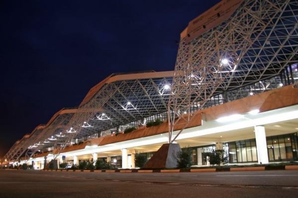 Сочинский аэропорт не смог принять четыре самолета из-за сложных погодных условий
