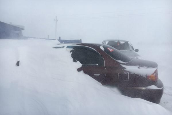 Вот так выглядели поселения Агаповского района в метель — машины заносило по самую крышу