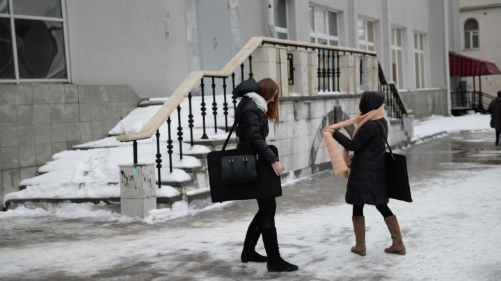 Шипы потребуются даже пешеходам: в Свердловской области в пятницу обледенеют дороги