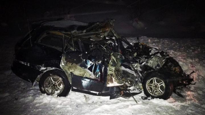 В Новосибирской области грузовой автомобиль Volvo столкнулся с Toyota — два человека погибли