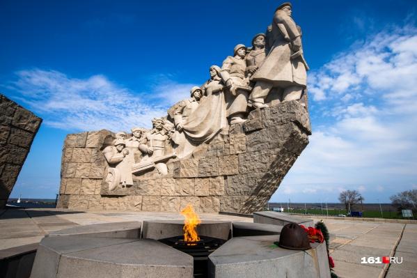 """Первый памятник здесь открыли при участии представителей Азербайджана <nobr class=""""_"""">7 мая</nobr> <nobr class=""""_"""">1980 года</nobr>.&nbsp;Памятник представляет собой две бетонные подковообразные стены, символизирующие две стрелковые дивизии, освобождавшие эти места"""