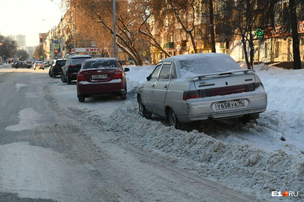 Нередко из-за подобных автолюбителей невозможно почистить улицу от снега