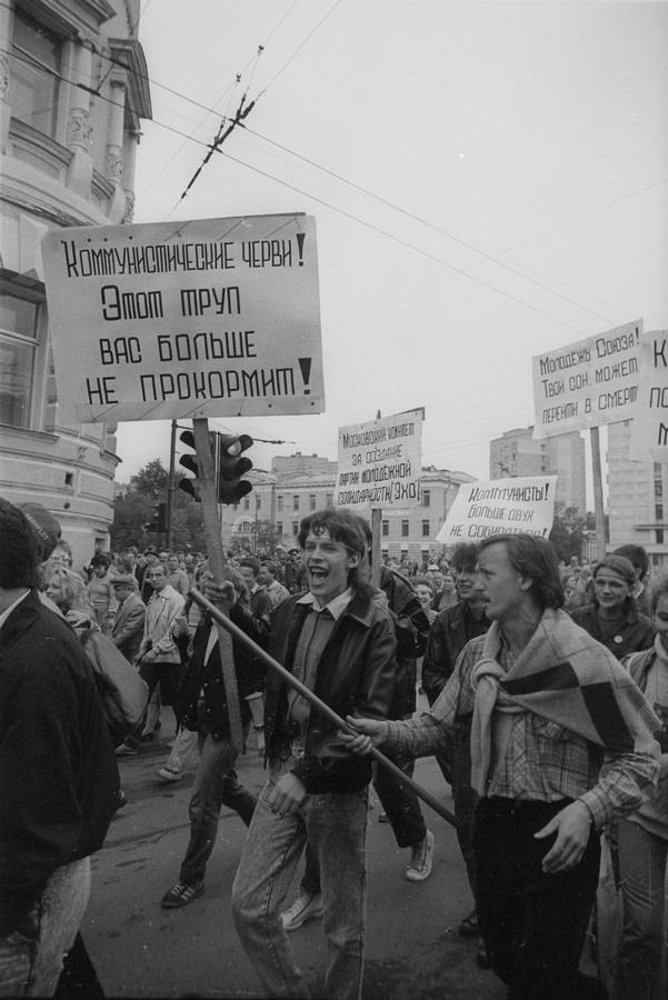 Плакаты того времени были... кхм... радикальны