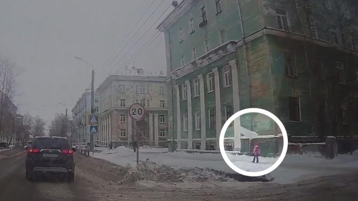 «У девчули второй день рождения»: в Северодвинске на школьницу упала снежная глыба