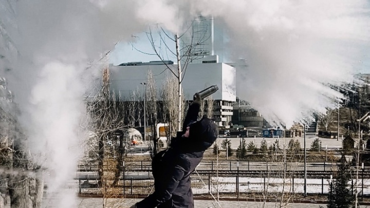 «Всегда хотела сделать дубак-челлендж»: фотограф устроила игру с кипятком в центре замерзшего Волгограда
