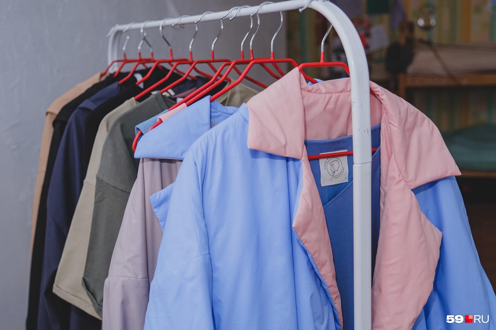 У каждого двустороннего пальто из последней коллекции уникальное сочетание цветов, одинаковых нет