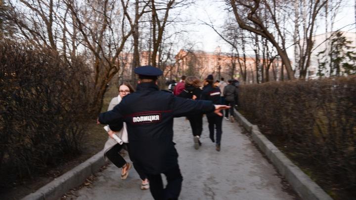 «Двух женщин перехватили, один плакат ушел кустами». Репортаж с акции в поддержку Навального в Екатеринбурге