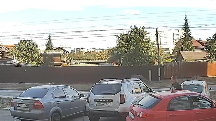 «Во дает — средь бела дня»: похититель колодезных крышек в Челябинске попал на видео
