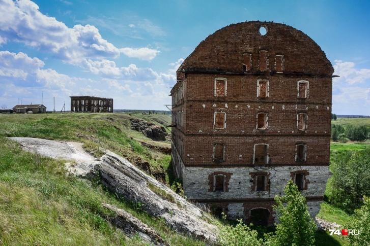 Главная достопримечательность старого Муслюмово — мельница братьев Злоказовых на самом берегу Течи (река справа). У воды здесь слегка фонит