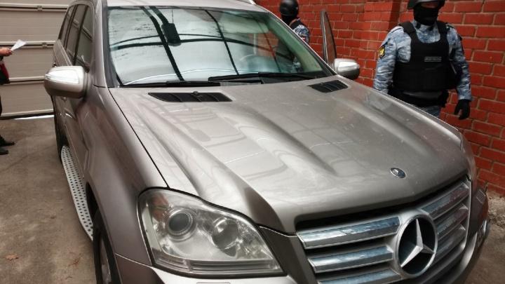 У екатеринбуржца арестовали Mercedes из-за того, что он затопил соседей канализацией