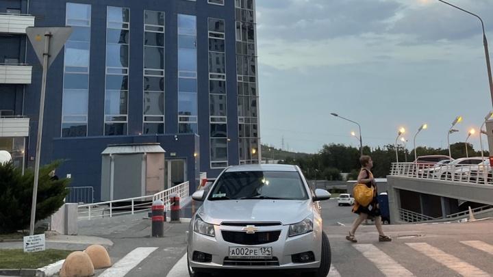 «И пусть весь мир обойдет»: автохамы Волгограда без зазрения совести оккупируют тротуары и переходы