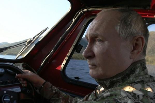 Путин сам управлял катером на территории заповедника