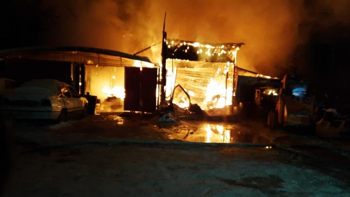 У «Меги» загорелся автосервис, огонь перешел на частные дома. Есть пострадавший