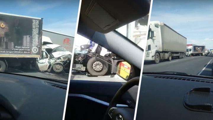 Создали огромную пробку: появилось видео последствий столкновения 6 грузовиков в Самарской области