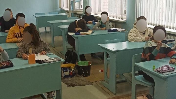 «На что пошли деньги?»: в школе под Волгоградом сразу после ремонта начала протекать кровля