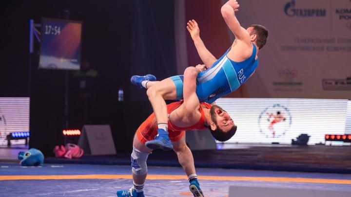 Кровь, броски, эмоции: фоторепортаж с чемпионата России по греко-римской борьбе