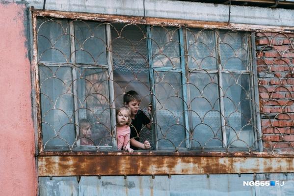 Нередко в результате мошенничества семьи остаются и без жилья, и без денег, и с крупным долгом перед государством