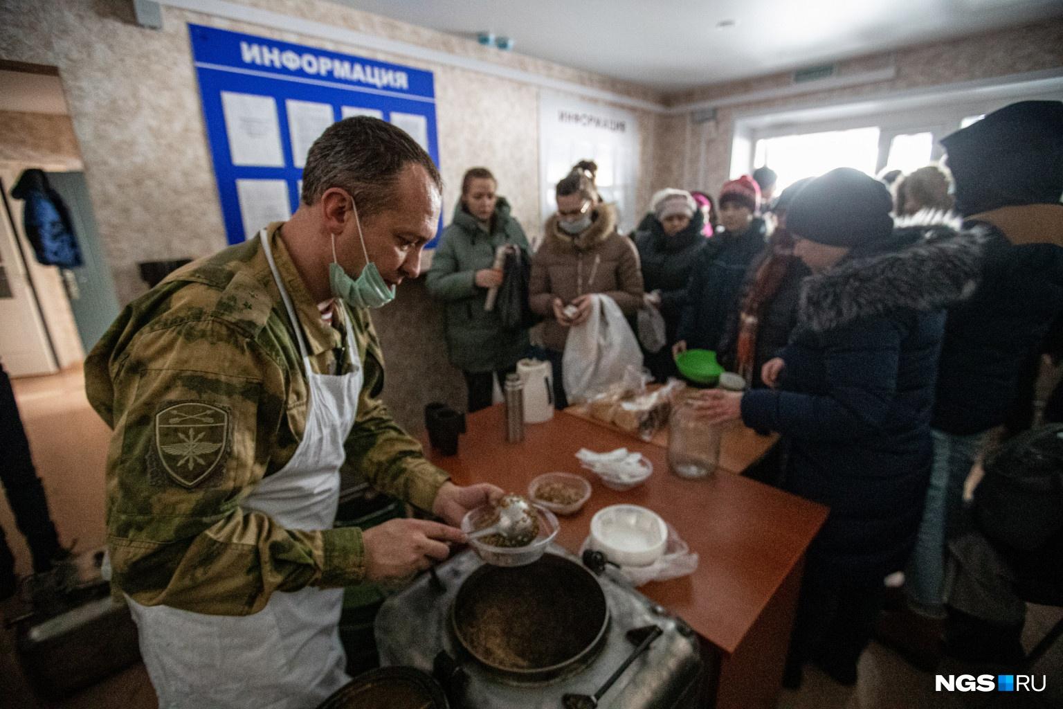 За горячим обедом подошло порядка 50 местных жителей