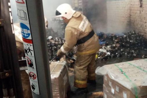Огонь вспыхнул в складском помещении