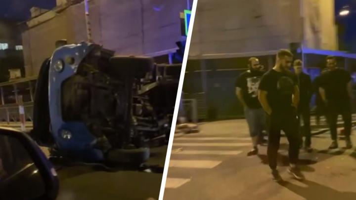 В центре Тюмени ночью произошла авария с 4 пострадавшими — грузовик перевернулся посреди дороги