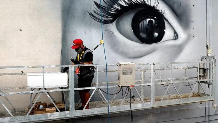 Аргентинец начал рисовать гигантский портрет мальчика-космонавта на самарской высотке