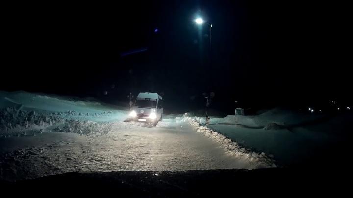 На трассе в Курганской области из-за метелей застряли несколько машин