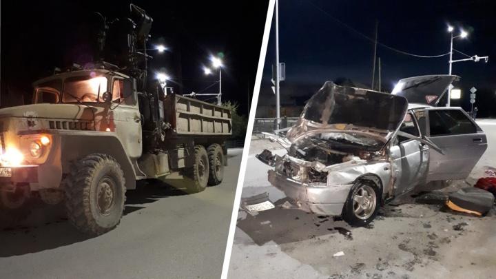 Водитель сбежал, а пассажира госпитализировали с тяжелыми травмами: на Урале грузовик протаранил легковушку