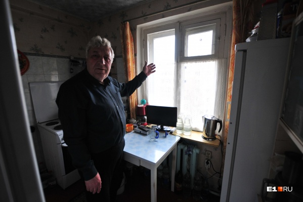 Юрий Мищенко восемь лет доказывает, что новостройка лишила его света