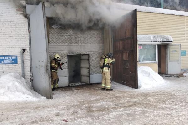 Горит склад площадью 3500 квадратных метров, пропал работник склада, а также трое пожарных