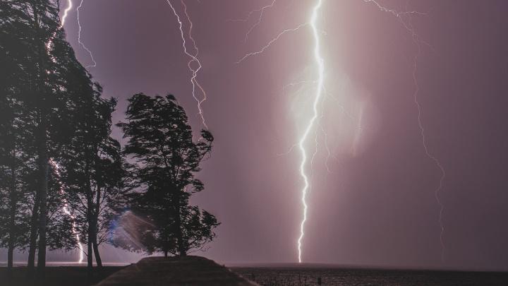 МЧС предупреждает о грозе, граде и шквалистом ветре в Прикамье