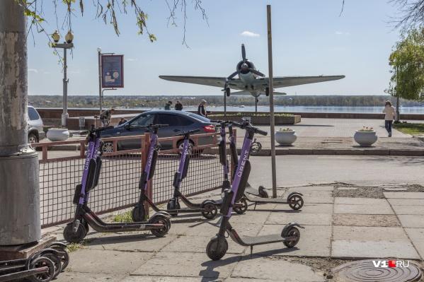 Самокаты стали на майские праздники одной из новых составляющих улиц центра Волгограда