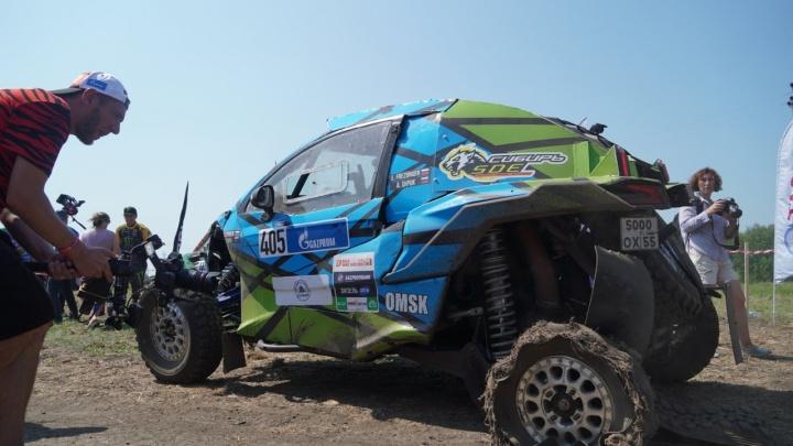 К первому финишу омский экипаж приехал с разорванным колесом