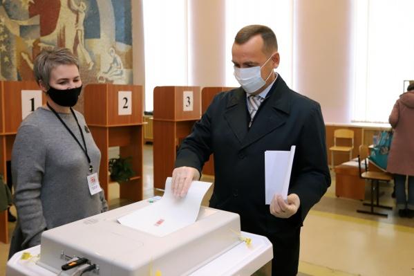 Губернатор пошутил, что проверит, кто голосовал, а кто нет
