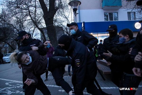 Вначале полицейские просили девушек надеть маску, а потом жестко задерживали