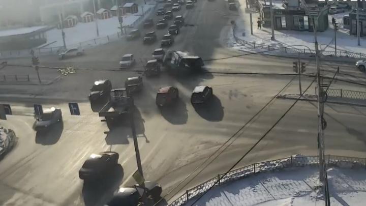 Летел на красный: авария, в которой Subaru протаранил «Газель», попала на видео