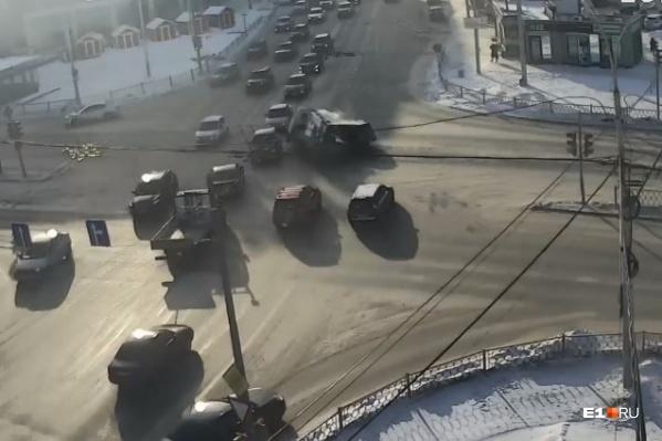 Удар был настолько сильный, что машины отлетели на соседние авто