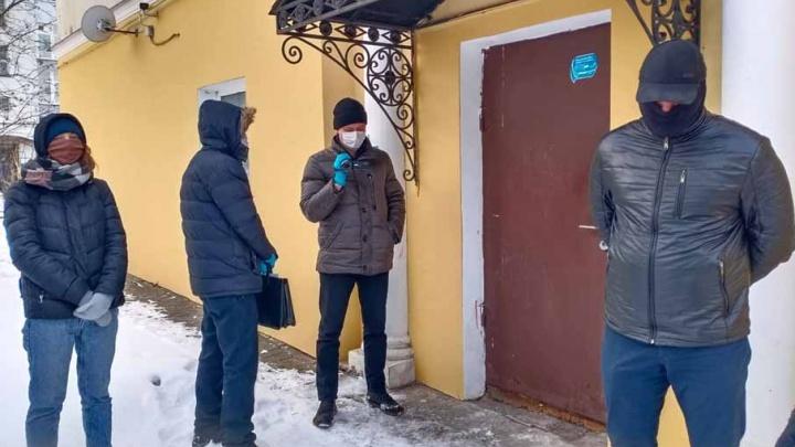 Обыски в штабе Навального в Ярославле: полицейские не смогли попасть в здание. Видео