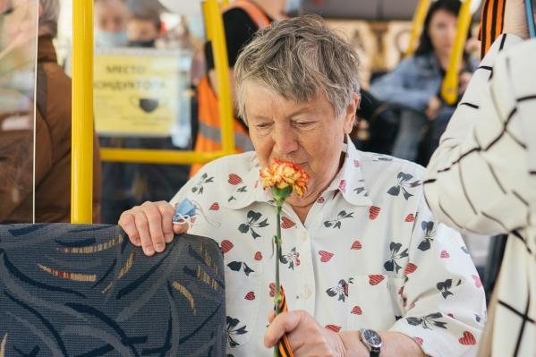В праздничном автобусе пассажирам вручили символичные подарки