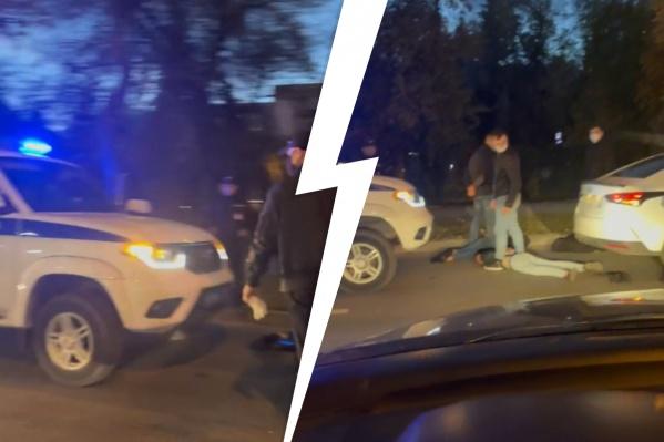 Проезжавшие мимо водители сбавляли скорость, чтобы получше рассмотреть, что происходит