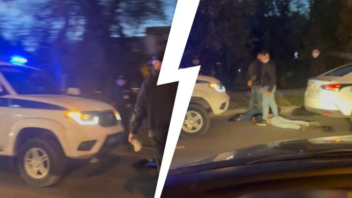 Уложили лицом в асфальт и заломили руки за спину: троих мужчин задержали в центре Тюмени
