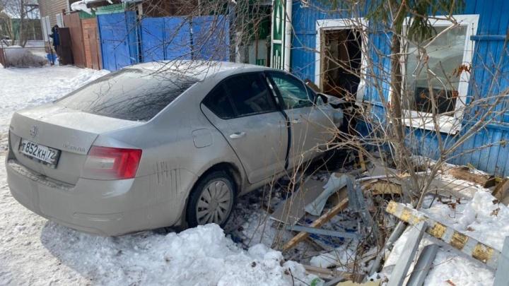 В Тюмени машина на скорости влетела в дом. Удар пришелся на детскую комнату