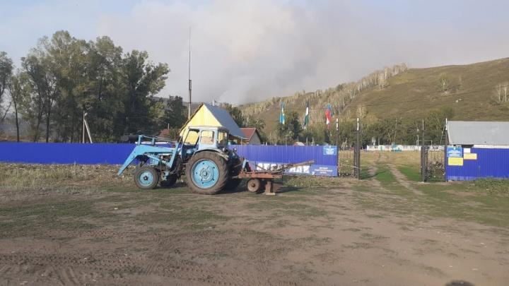 В Башкирии спасатели эвакуировали детский лагерь из-за пожара